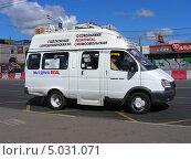 Купить «Маршрутное такси № 269м на остановке, Щелковское шоссе, Москва», эксклюзивное фото № 5031071, снято 3 августа 2013 г. (c) lana1501 / Фотобанк Лори