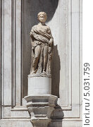 Купить «Одна из статуй на фасаде Собора Сан Марко со стороны внутреннего двора Дворца Дожей. Венеция», фото № 5031759, снято 11 августа 2013 г. (c) Юрий Кирсанов / Фотобанк Лори