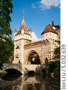 Купить «Будапешт, вход в замок Vajdahunyad», фото № 5032639, снято 15 мая 2013 г. (c) Юлия Бабкина / Фотобанк Лори