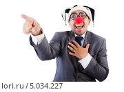 Мужчина в деловом костюме, шутовском колпаке и с клоунским носом смеётся, указывая пальцем. Стоковое фото, фотограф Elnur / Фотобанк Лори