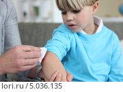 Ребенку обрабатывают ссадину. Стоковое фото, фотограф Phovoir Images / Фотобанк Лори