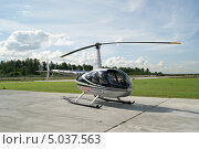 Купить «Вертолет Robinson R44 Clipper II», фото № 5037563, снято 24 августа 2013 г. (c) Евгений Клеменков / Фотобанк Лори