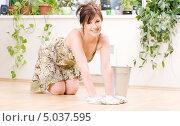 Привлекательная домохозяйка в платье моет пол тряпкой. Стоковое фото, фотограф Syda Productions / Фотобанк Лори