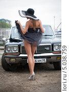 Купить «Девушка с автомобилем», фото № 5038759, снято 1 сентября 2013 г. (c) Момотюк Сергей / Фотобанк Лори