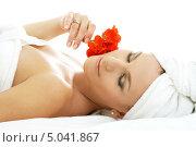 Купить «Девушка с красным цветком лежит в спа», фото № 5041867, снято 8 сентября 2006 г. (c) Syda Productions / Фотобанк Лори