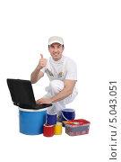 Купить «Декоратор с красками и ноутбуком», фото № 5043051, снято 18 ноября 2009 г. (c) Phovoir Images / Фотобанк Лори