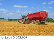 Купить «Трактор с бункером для перевозки зерна», фото № 5043607, снято 9 июля 2013 г. (c) Швадчак Василий / Фотобанк Лори