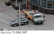 Купить «Грузовик поднимает мойщиков окон наверх», видеоролик № 5044347, снято 10 сентября 2013 г. (c) Кекяляйнен Андрей / Фотобанк Лори