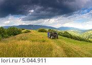 Купить «Турист с квадрациклом в горах украины», фото № 5044911, снято 30 марта 2020 г. (c) Эдуард Кислинский / Фотобанк Лори