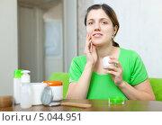 Купить «Девушка наносит на лицо крем», фото № 5044951, снято 9 декабря 2012 г. (c) Яков Филимонов / Фотобанк Лори