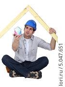 Купить «Плотник смотрит на домик из купюр», фото № 5047651, снято 28 февраля 2011 г. (c) Phovoir Images / Фотобанк Лори