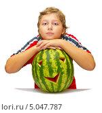 Мальчик с арбузом для праздника Хеллоуин, белый фон. Стоковое фото, фотограф Дмитрий Морозов / Фотобанк Лори