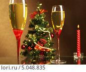 Бокалы шампанского на фоне новогодней елки и свечи. Стоковое фото, фотограф Смирнов Константин / Фотобанк Лори