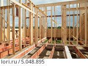 Купить «Каркас деревянного каркасно-щитового дома», эксклюзивное фото № 5048895, снято 3 сентября 2013 г. (c) Родион Власов / Фотобанк Лори