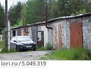 Купить «Иномарка около кирпичных гаражей», фото № 5049319, снято 16 июня 2013 г. (c) Кекяляйнен Андрей / Фотобанк Лори