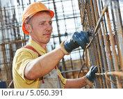 Купить «Работник в спецодежде на стройке», фото № 5050391, снято 10 сентября 2013 г. (c) Дмитрий Калиновский / Фотобанк Лори