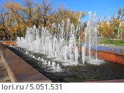 Купить «Фонтан на фоне осеннего парка», эксклюзивное фото № 5051531, снято 27 сентября 2012 г. (c) Анатолий Матвейчук / Фотобанк Лори