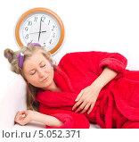 Женщина в халате и бигудях спит на диване. Стоковое фото, фотограф Дегтярева Виктория / Фотобанк Лори