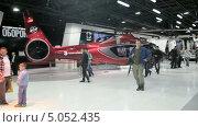 Купить «Коммерческий вертолет в павильоне на Международном авиационно-космическом салоне МАКС-2013», видеоролик № 5052435, снято 14 сентября 2013 г. (c) Игорь Долгов / Фотобанк Лори