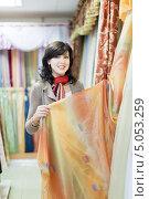 Купить «Женщина в магазине тканей», фото № 5053259, снято 11 сентября 2012 г. (c) Яков Филимонов / Фотобанк Лори