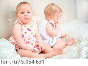 Купить «Серьезная девочка сидит на кровати», фото № 5054631, снято 26 октября 2012 г. (c) Андрей Армягов / Фотобанк Лори