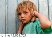 Купить «Грязная испуганная бездомная маленькая девочка с куском еды», фото № 5059727, снято 11 июня 2013 г. (c) Miru misiura / Фотобанк Лори