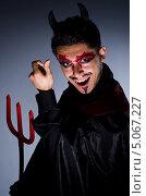 Купить «Мужчина в костюме дьявола с трезубцем», фото № 5067227, снято 22 мая 2013 г. (c) Elnur / Фотобанк Лори