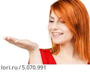 Купить «Рыжая девушка показывает что-то на ладони на белом фоне», фото № 5070991, снято 10 октября 2009 г. (c) Syda Productions / Фотобанк Лори