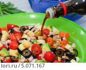 Купить «В овощной салат с креветками заправляют соевым соусом», эксклюзивное фото № 5071167, снято 24 мая 2012 г. (c) Алёшина Оксана / Фотобанк Лори