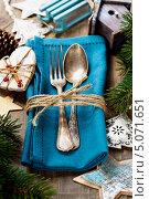 Купить «Новогодняя сервировка стола. Столовые приборы на салфетки и рождественские украшения», фото № 5071651, снято 23 ноября 2012 г. (c) Наталия Кленова / Фотобанк Лори