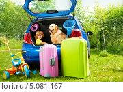 Купить «Мальчик и собака сидят в багажнике автомобиля», фото № 5081167, снято 3 августа 2013 г. (c) Сергей Новиков / Фотобанк Лори