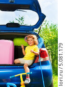 Купить «Счастливый мальчик сидит в багажнике автомобиля», фото № 5081179, снято 3 августа 2013 г. (c) Сергей Новиков / Фотобанк Лори