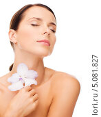 Купить «Красивая брюнетка с нежной кожей и белым крупным цветком», фото № 5081827, снято 25 июля 2013 г. (c) Syda Productions / Фотобанк Лори