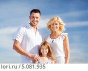 Купить «Счастливая молодая семья с дочкой на фоне неба», фото № 5081935, снято 4 августа 2013 г. (c) Syda Productions / Фотобанк Лори