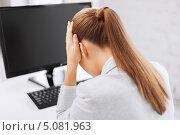 Купить «Расстроенная деловая женщина перед компьютером в офисе», фото № 5081963, снято 1 июня 2013 г. (c) Syda Productions / Фотобанк Лори