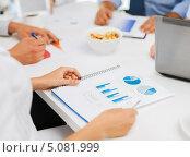 Купить «Сотрудники в офисе работают с документами», фото № 5081999, снято 9 июня 2013 г. (c) Syda Productions / Фотобанк Лори