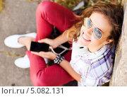 Счастливая юная девушка слушает музыку со смартфона. Стоковое фото, фотограф Syda Productions / Фотобанк Лори