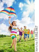 Купить «Большая группа детей запускает воздушного змея в летнем парке», фото № 5082867, снято 17 августа 2013 г. (c) Сергей Новиков / Фотобанк Лори