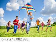 Купить «Дети запускают воздушного змея», фото № 5082883, снято 17 августа 2013 г. (c) Сергей Новиков / Фотобанк Лори