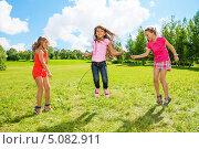 Девочки прыгают через веревку. Стоковое фото, фотограф Сергей Новиков / Фотобанк Лори