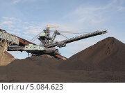Купить «Крутонаклонный консольный штабелер на гусеничном ходу для перевалки угля с подвесной лентой», эксклюзивное фото № 5084623, снято 24 сентября 2013 г. (c) Валерий Акулич / Фотобанк Лори