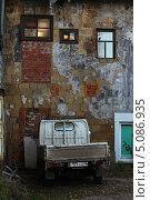 Купить «Колоритный дворик. Иркутск», фото № 5086935, снято 24 сентября 2013 г. (c) Мария Николаева / Фотобанк Лори