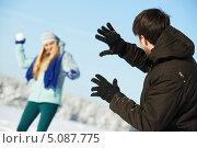 Купить «Молодая пара играет в снежки зимой», фото № 5087775, снято 22 января 2013 г. (c) Дмитрий Калиновский / Фотобанк Лори