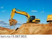 Купить «Экскаватор на песчаном карьере», фото № 5087803, снято 11 октября 2010 г. (c) Дмитрий Калиновский / Фотобанк Лори
