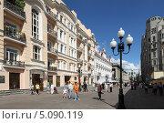 Купить «Москва, улица Арбат», эксклюзивное фото № 5090119, снято 17 августа 2013 г. (c) Дмитрий Неумоин / Фотобанк Лори