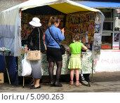 Купить «Газетная палатка около станции Нахабино, Красногорский район, Московская область», эксклюзивное фото № 5090263, снято 3 июня 2010 г. (c) lana1501 / Фотобанк Лори