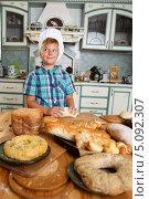 Купить «Юный пекарь готовит на кухне домашнюю выпечку», фото № 5092307, снято 27 августа 2013 г. (c) Andrejs Pidjass / Фотобанк Лори