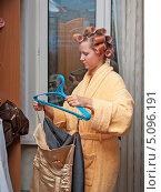 Купить «Молодая женщина в халате и бигуди вешает одежду», фото № 5096191, снято 25 сентября 2013 г. (c) Андрей Некрасов / Фотобанк Лори