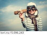 Купить «Мальчик в шлеме и очках пилота держит в руке деревянный самолетик», фото № 5096243, снято 13 июля 2013 г. (c) Raev Denis / Фотобанк Лори