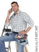 Купить «Довольный плотник разговаривает по телефону», фото № 5097347, снято 25 ноября 2009 г. (c) Phovoir Images / Фотобанк Лори